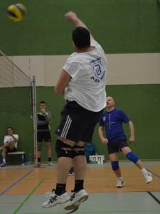 Burkhard schlägt den Ball ( Foto: T.Taufmann)